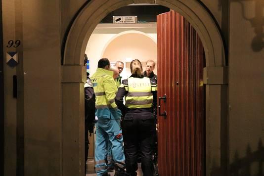 Hulpdiensten ontfermen zich over de zwaargewonde en halfnaakte man in Stadskasteel Oudaen.