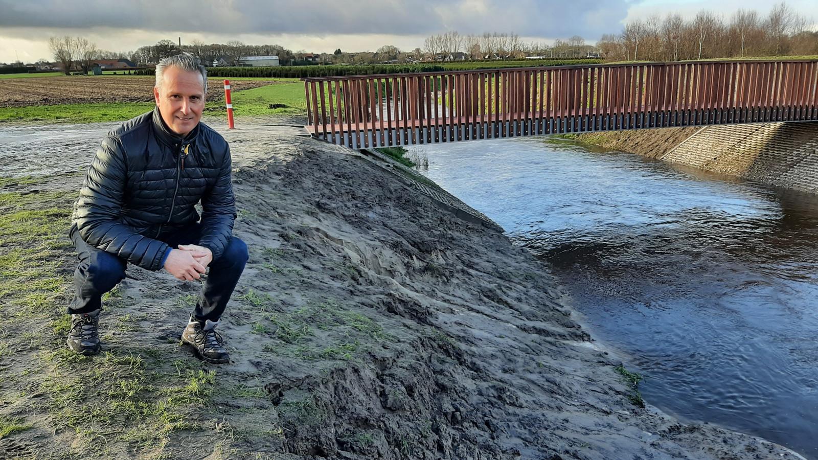 Michel van Zitteren uit Nispen op de plek langs de Molenbeek waar hij zaterdag een 8-jarig meisje uit het drijfzand redde.