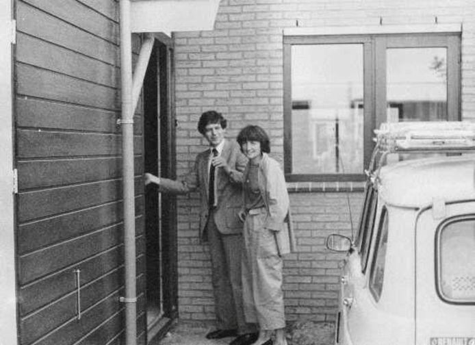 Bé Emmens en zijn vrouw voor hun nieuwe huis in De Leyens.