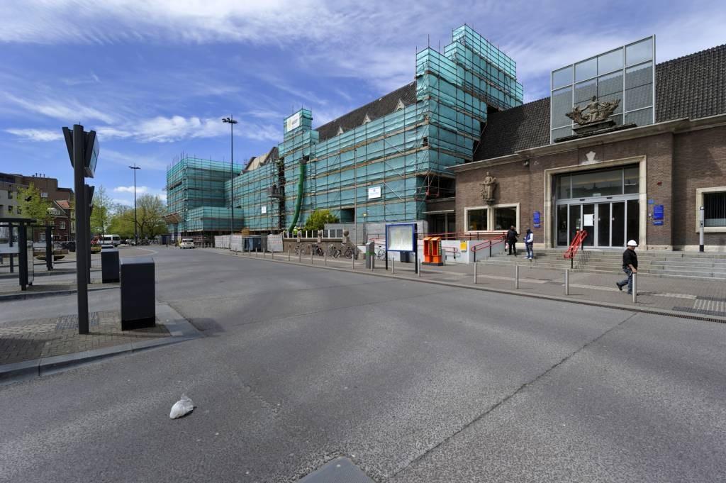 De linkervoorgevel van het NS-station in Roosendaal is niet bepaald hoog Oranje-bezoek waardig. De steigers zullen niet voor 12 juni verwijderd zijn. foto Robert van den Berge/het fotoburo