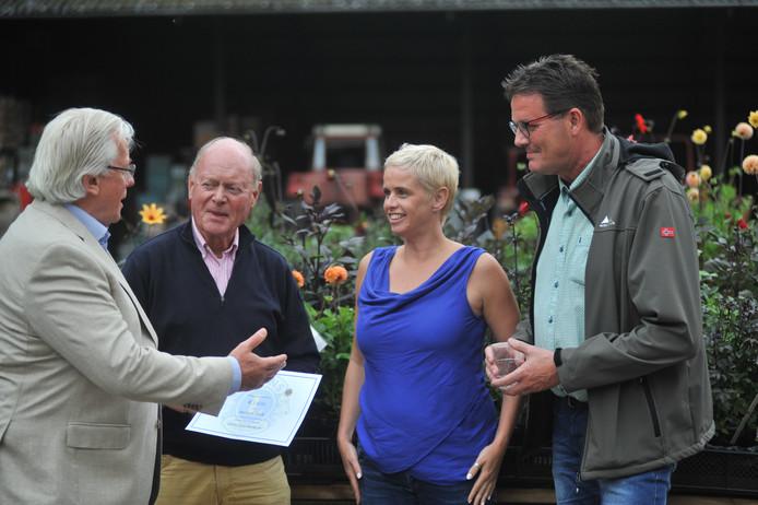 Wouter Albersen en Claas Onderwater van de Lions Club Renkum (links) overhandigen de cheque aan Janet Bakker en Peter Snapper van Renkum Leeft.