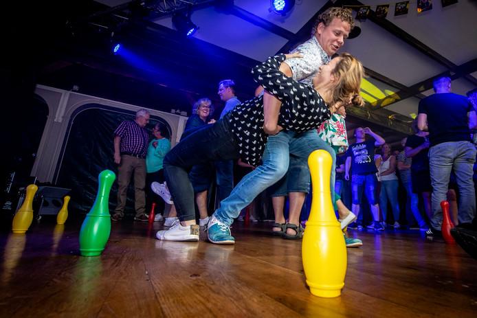 Prijsdansen op de laatste kermisdag. Dat gebeurt alleen nog maar in Nieuw-Vossemeer, zoals hier in Dorpsherberg De Sterke Duvel.