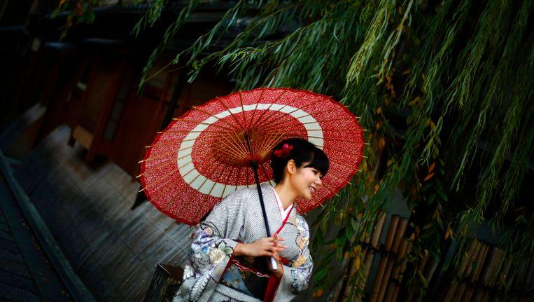 Een vrouw in Kyoto gekleed in een traditionele Kimono. Beeld reuters