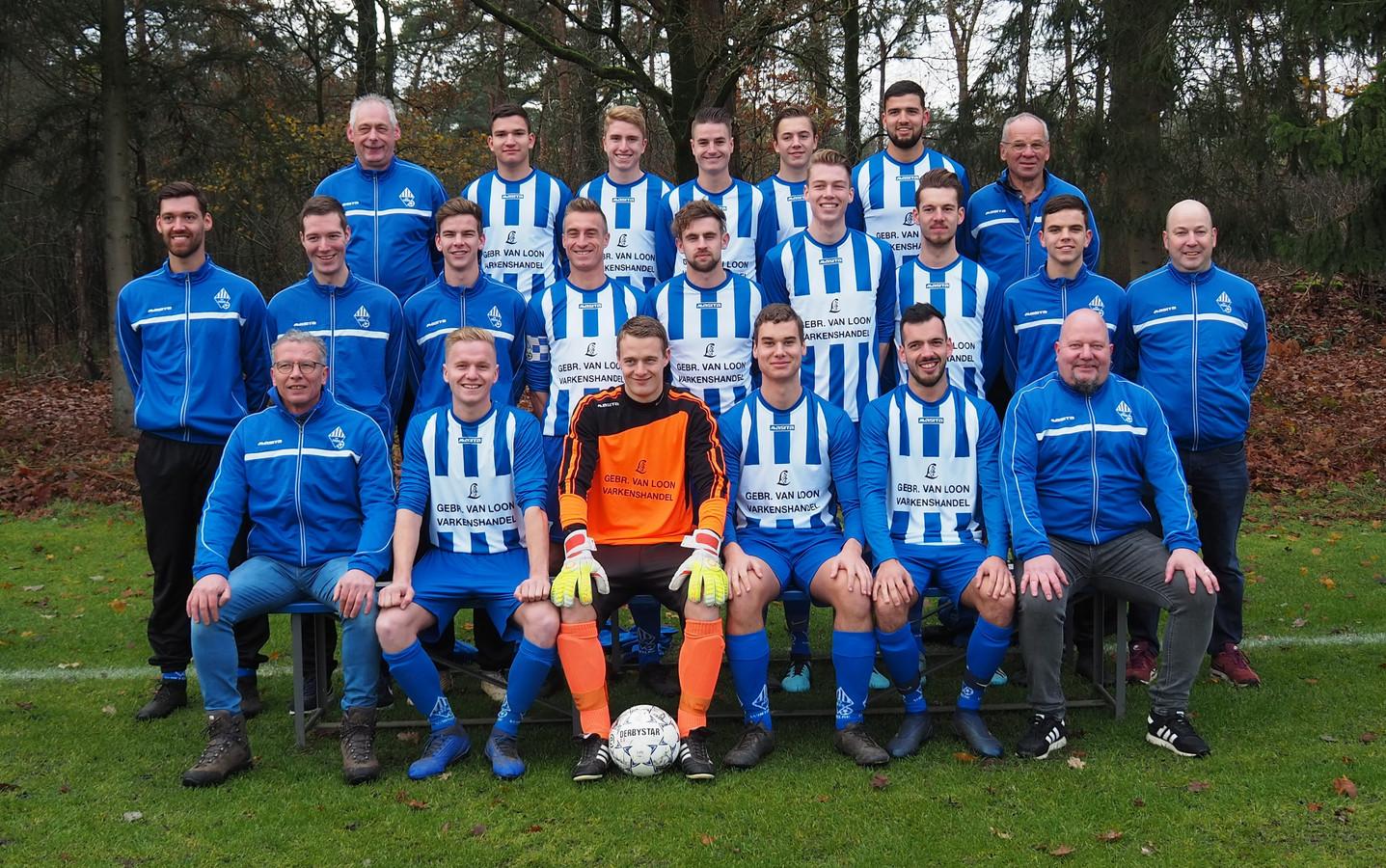 Het eerste elftal van vijfdeklasser DEES uit Wintelre, met op de onderste rij uiterst rechts hoofdtrainer Hans Clijsen.