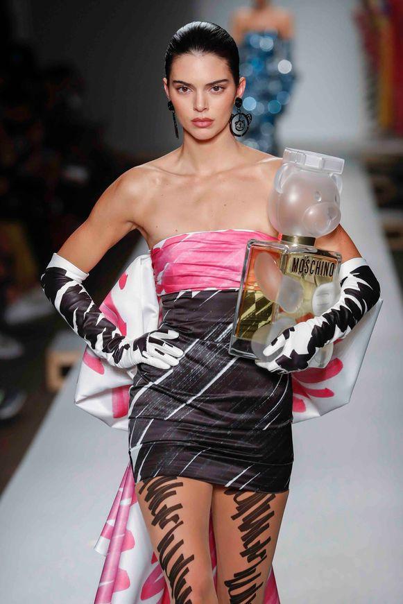 Handtas in de vorm van een groot flesje Moschino-parfum. Gezien op Milan Fashion Week bij de lente-zomercollectie 2019 van Moschino.