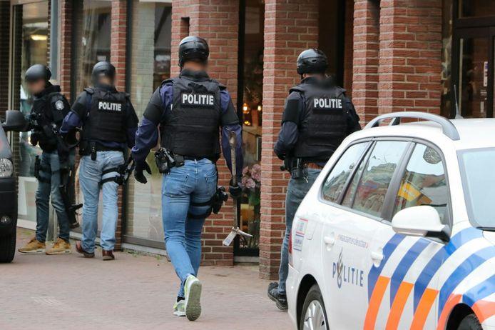 Een arrestatieteam in Enschede begin dit jaar, toen er invallen werden gedaan bij zaken aan De Heurne en de Lipperkerkstraat, in het centrum van de stad.