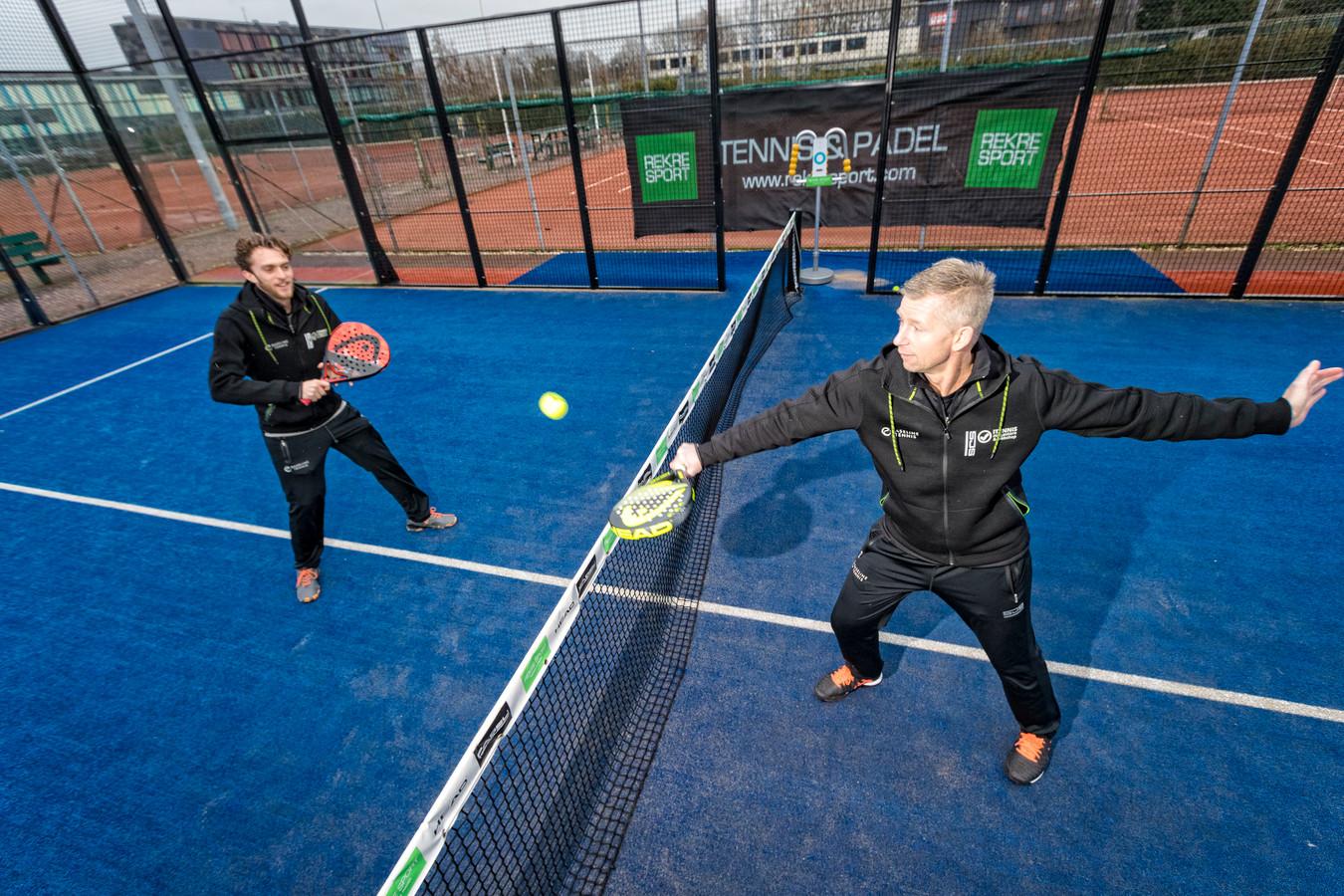 Op sportpark Nieuwer Sloot wordt padel gespeeld. Yorick de Lange (45) r en Sven Boele (23) spelen padel bij Baseline tennis en Padel