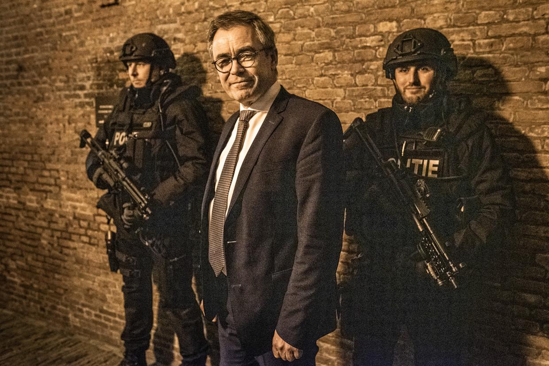 Jos Wienen met de beveiligers bij het stadhuis van Haarlem. 'Ik heb de criminaliteit echt niet nodig om dit ambt te vullen.' Beeld null
