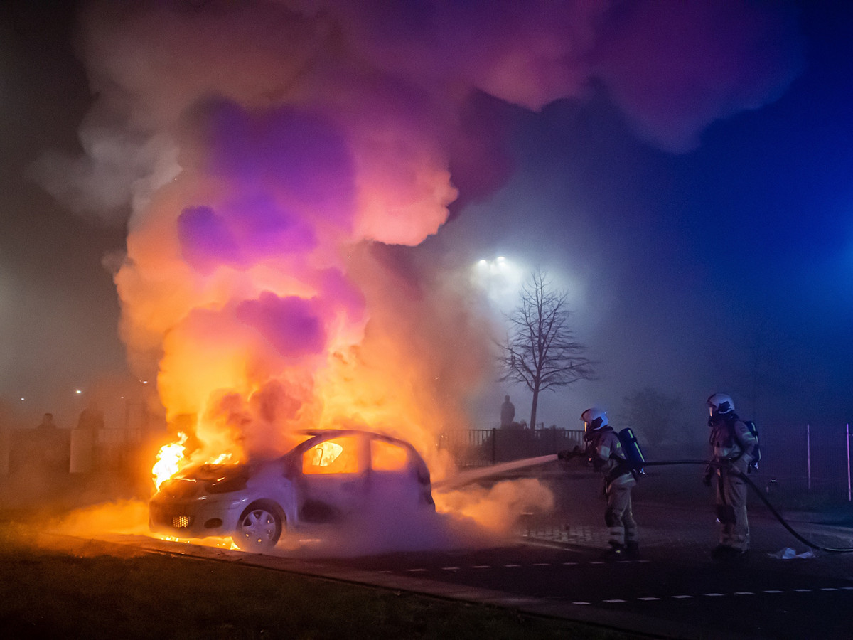 Brandweerlieden werden in Vianen bekogeld tijdens het blussen van een autobrand.