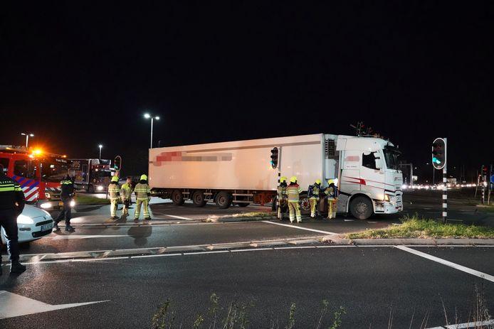De vrachtwagen blokkeert de Energieweg.
