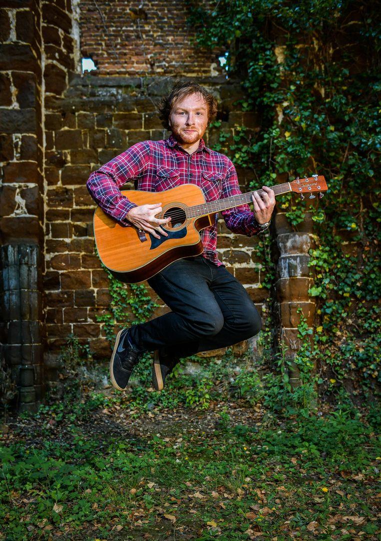 Om de gelijkenis compleet te maken, speelt Stijn Saenen ook nog gitaar. Net als de 'echte' Ed.