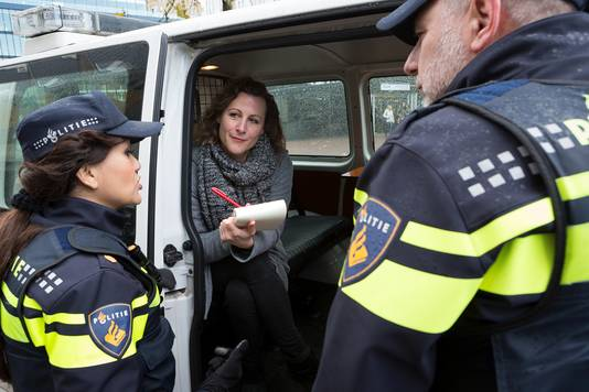Ester Naomi Perquin bij de politie.