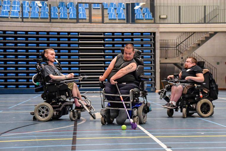 Robin (midden) en zijn maten maken de droom van hun overleden vriend Jules (inzet boven) waar en organiseren aanstaande zondag een G-hockeytornooi in Dendermonde.