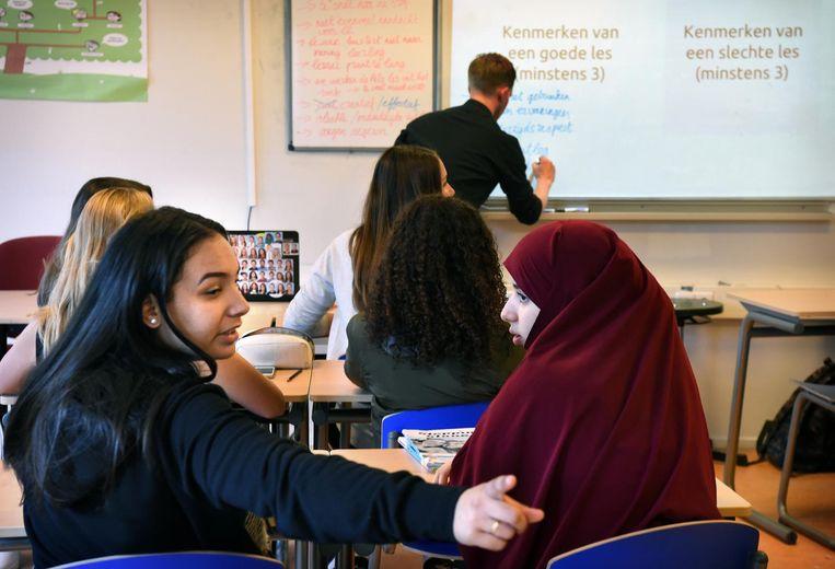 Leerlingen beoordelen met behulp van de app OnzeLes op hun telefoon hun leraar. Foto ter illustratie. Beeld Marcel van den Bergh