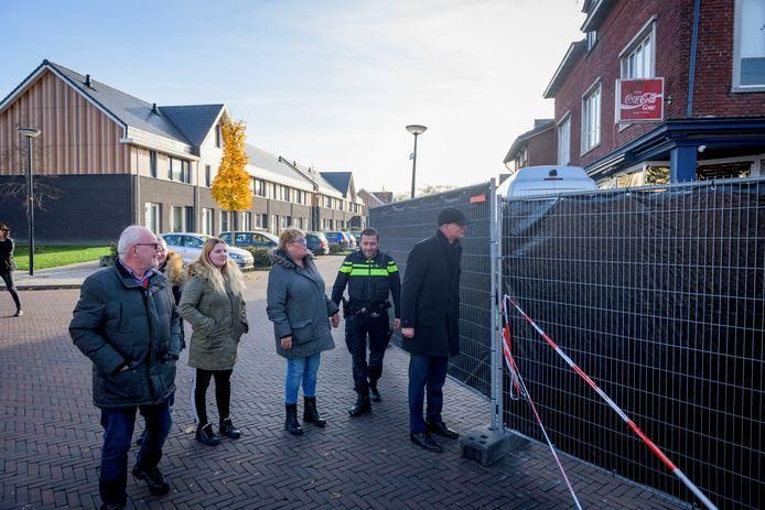 Burgemeester Onno van Veldhuizen brengt met buurtbewoners bezoek aan plaats delict.