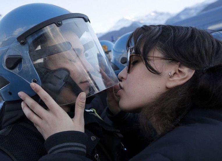 De foto waar het om gaat: studente Nina De Chiffre kust agent Salvatore Piccone Beeld Getty Images