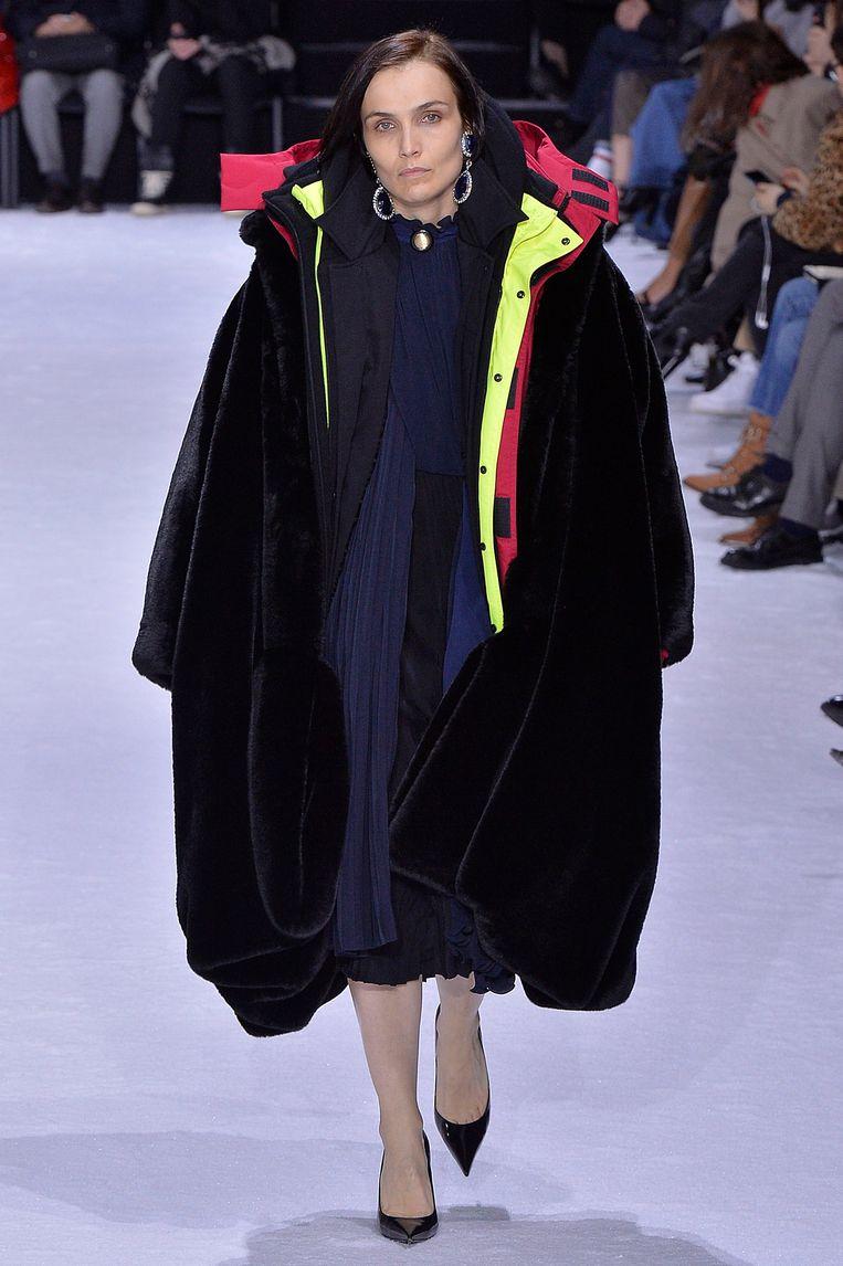 Donkere, wijde winterkleding van Balenciaga.  Beeld Getty