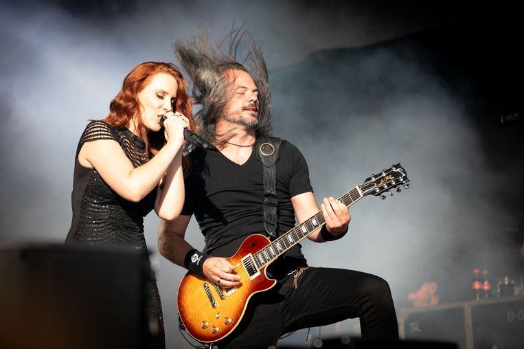 Simone Simons met de Belgische gitarist Isaac Delahaye van Epica.
