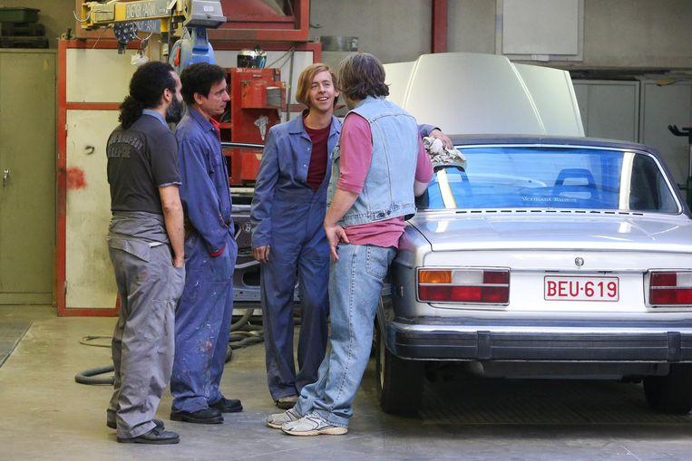 Jonas Van Geel (midden) in gesprek met Bert Haelevoet op de set van 'Niet Schieten'.