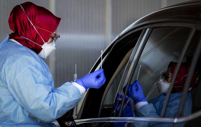 Drive-in waar medewerkers getest worden op corona vanuit hun auto bij het Amsterdam UMC, locatie AMC.