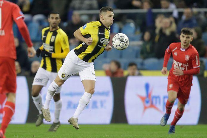 Bryan Linssen neemt de bal op de borst aan in de laatste wedstrijd van Vitesse, het thuisduel met FC Twente.