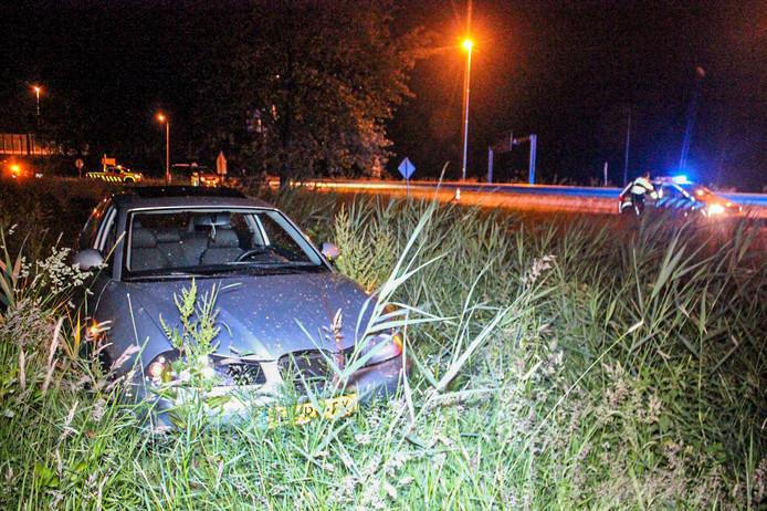 De auto kwam via een sloot in het gras terecht.