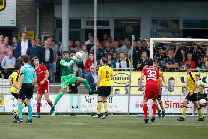 UNA-doelman Petar Stoskovic  (L)  tijdens het duel met Jong Almere City.