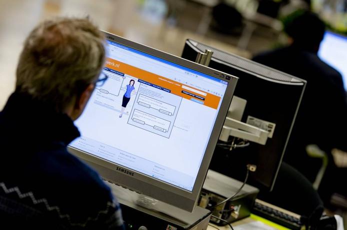 Werkzoekenden kunnen zich bij het UWV inschrijven en op computers zoeken naar vacatures. Foto ROBIN VAN LONKHUIJSEN/ANP