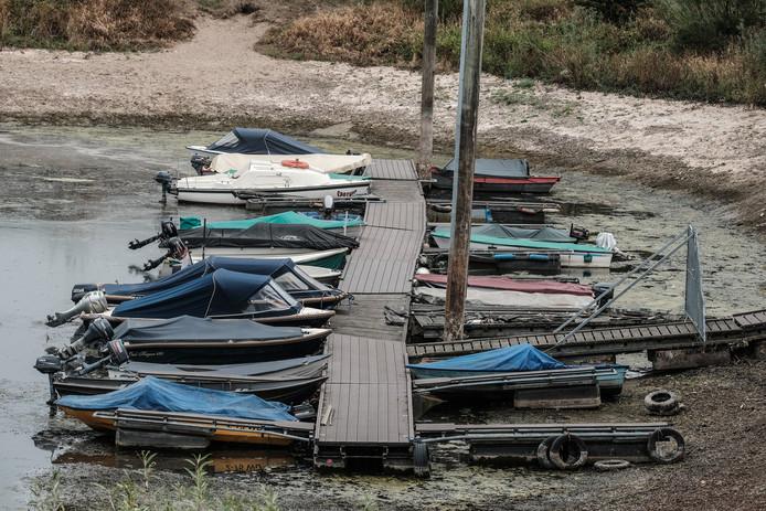 In de haven van WSV Giesbeek liggen de  bootjes van de visvereniging al min of meer op het droge.