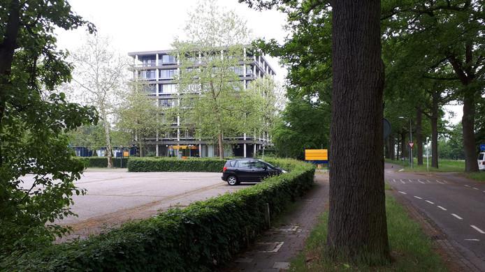 De voormalige kantoorflat wordt gesloopt en maakt plaats voor sociale huurappartementen