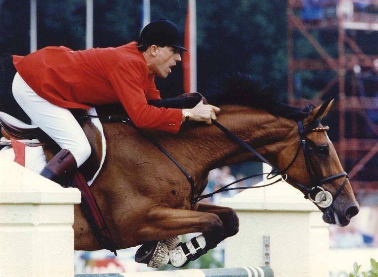 Ruiter Piet Raijmakers springt over een hindernis met Ratina Z in 1992. Beeld anp