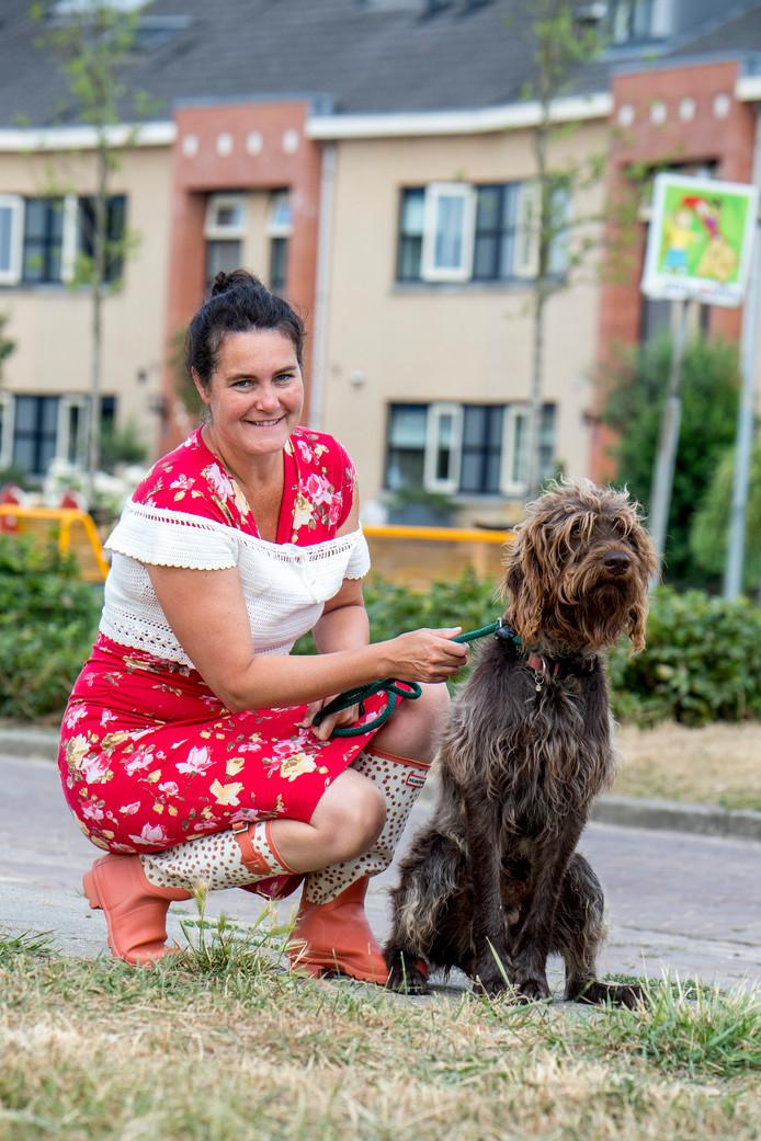 Charlotte Keulemans met haar hond Hugo.