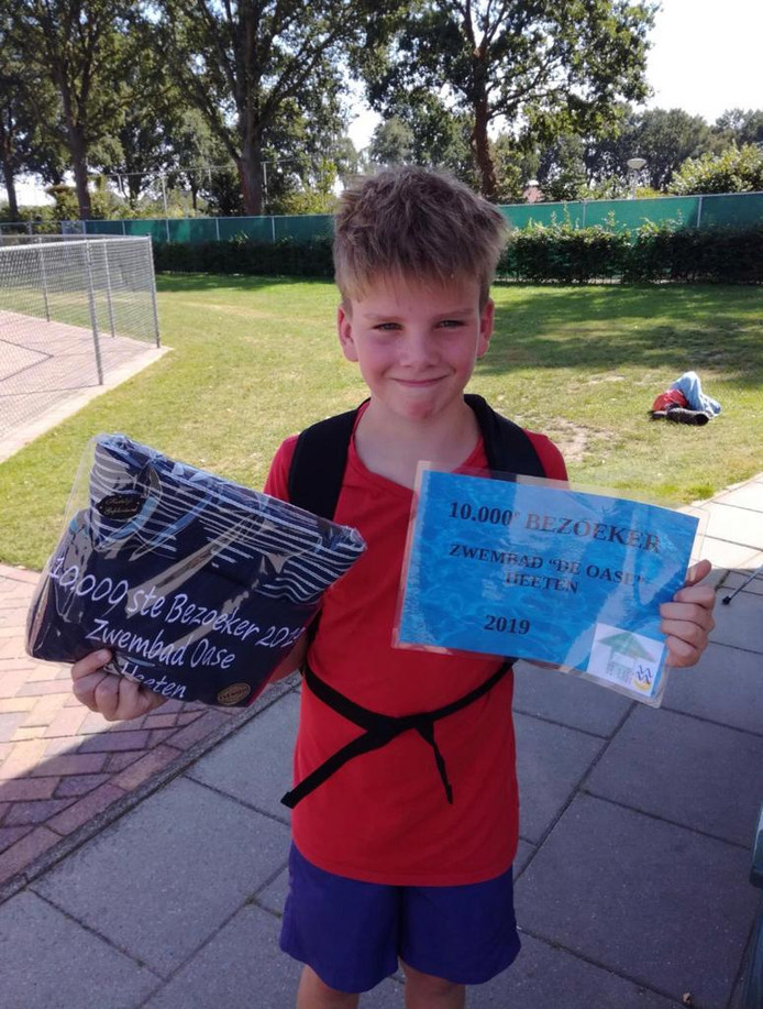 Ties uit Wesepe werd verrast omdat hij de 10.000ste bezoeker van het openluchtbad in Heeten van deze zomer is.