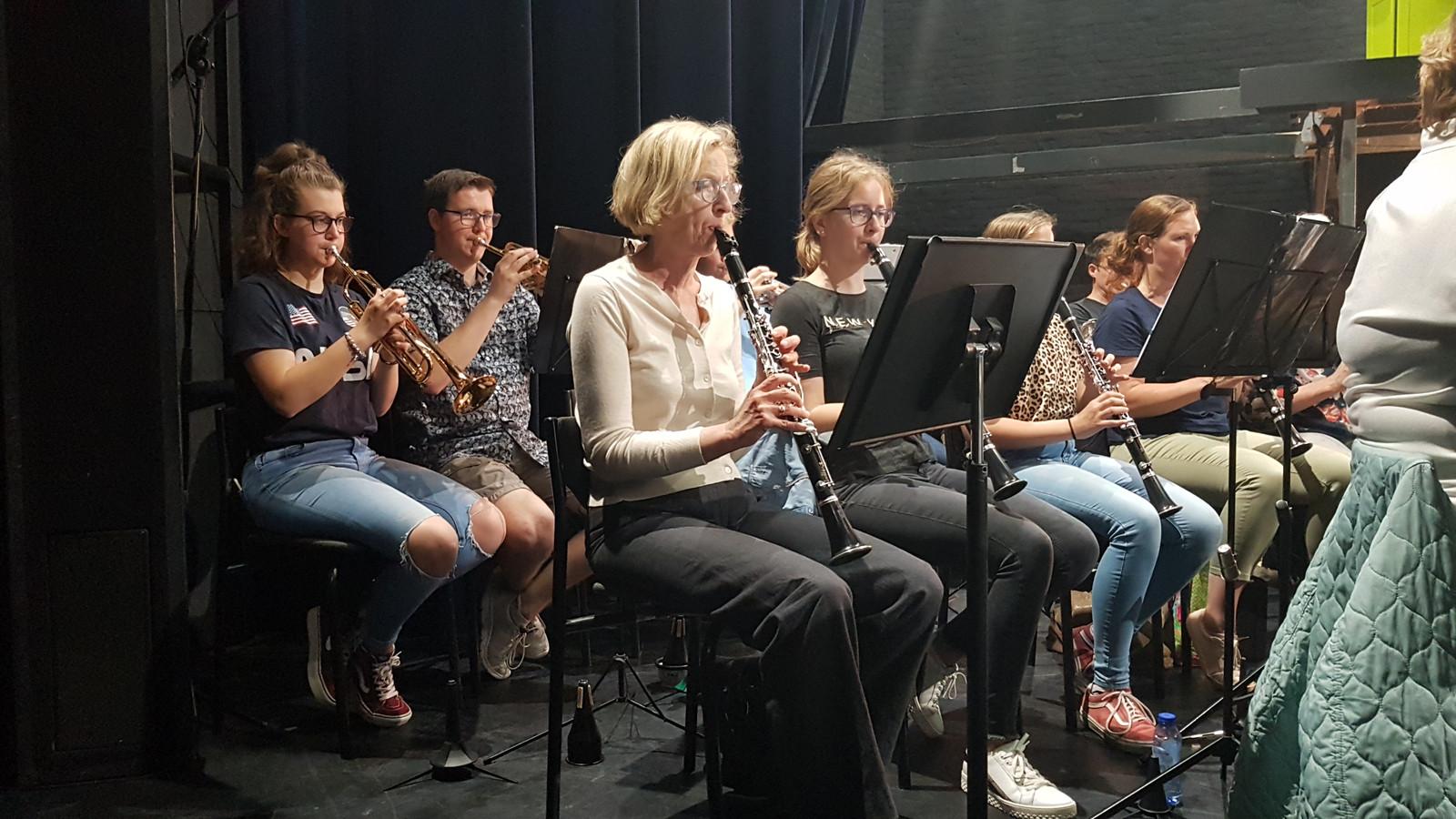 Anne Fleur Lausberg (links) speelt al zes jaar trompet bij Rappo Grande (het opleidingsorkest van Kunst & Vriendschap in Vught).
