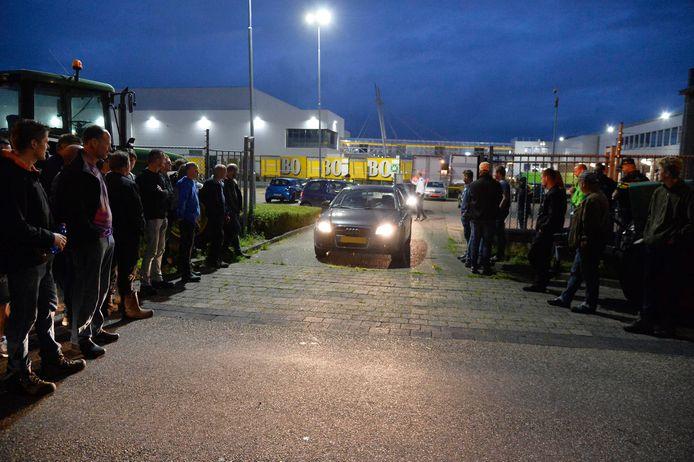 Boeren waren woensdagavond aanwezig bij een Jumbo-distributiecentrum in Breda.