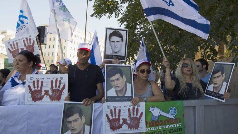 Israeliërs protesteren tegen de herstart van de vredesbesprekingen. Beeld reuters