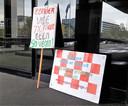 Protestborden van veganist Ineke de Wild uit Uden bij het provinciehuis in Den Bosch.