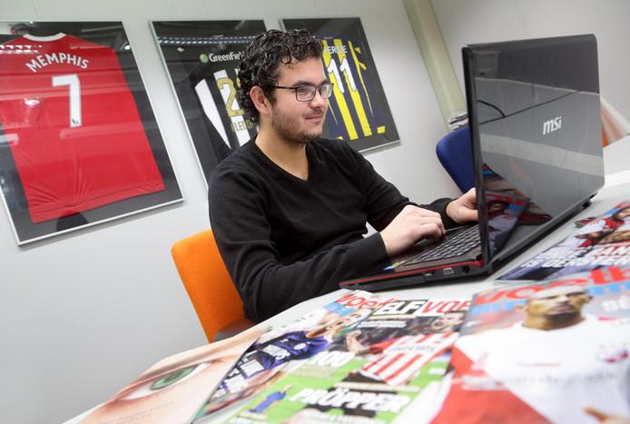 Giels Brouwer van SciSports, met op de achtergrond een shirt van Memphis