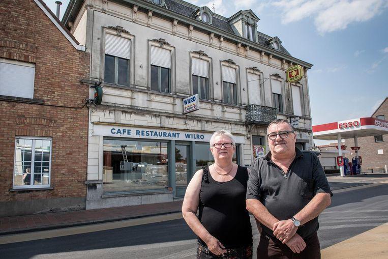 Marleen Tanghe en Willy Ameel voor hun café Wilro, vroeger ook restaurant en feestzaal.