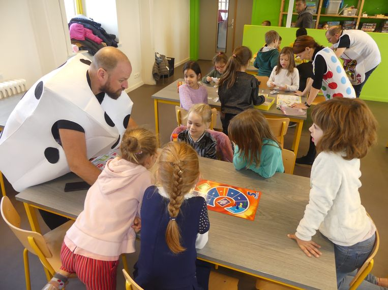 De leden van de ouderraad gaven de leerlingen van het tweede leerjaar al een voorsmaakje van de spelletjesbeurs.