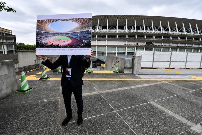 Persvoorlichters laten in Tokio aan journalisten zien hoe het Olympisch Stadion er over een klein jaar uitziet.