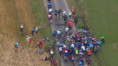 """""""Lag tussen stapel van fietsen en renners"""""""