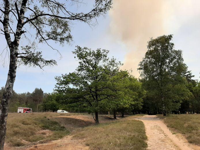 Brand in Herperduin. De rook is van veraf te zien.
