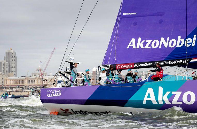 De boot van Team AkzoNobel tijdens de finish van de Volvo Ocean Race in 2018. AkzoNobel levert verf en beschermende coatings voor onder meer zeiljachten. Beeld ANP