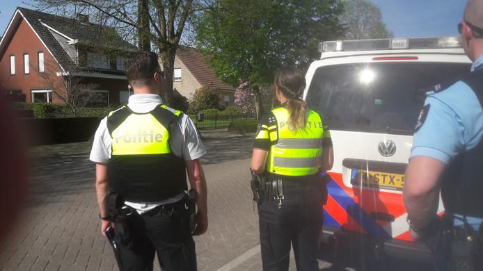 Politieagenten controleren op diverse plaatsen in het grensgebied passerend verkeer.