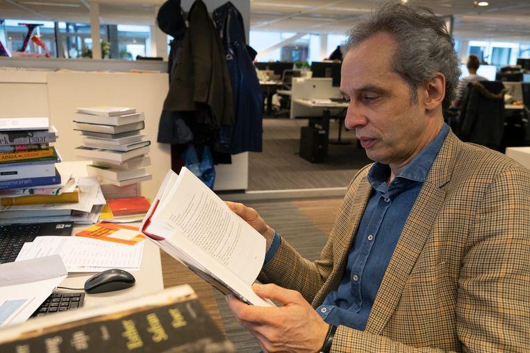 Een onafscheidelijke combinatie: Arjan Peters en een boek. Beeld Sabine van Wechem