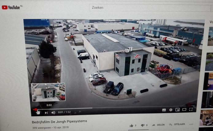 Screenshot bedrijfsfilm De Jongh Pipesystems Heijningen, links achter een deel van Maltha Glasrecycling dat onderdeel is van Renewi  (200 vestigingen in 9 landen).