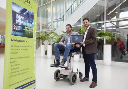 Rufus Fraanje en student Timo Boon bij hun prijswinnende zelfrijdende rolstoel.