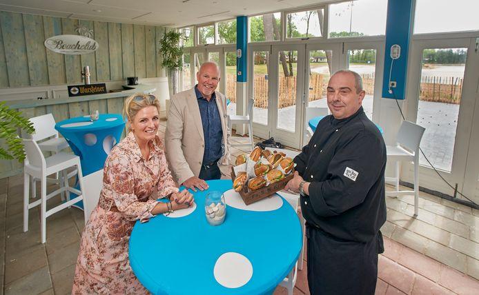 Annemiek Hofmans, Toine Beljaars en David van Beek in de nieuwe Beachclub De Maashorst.