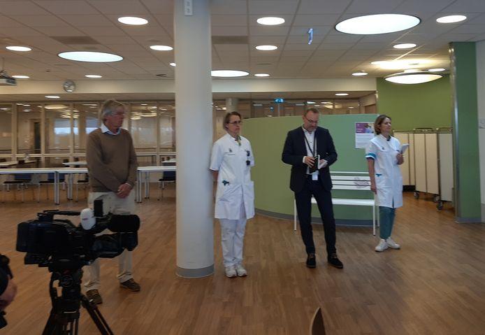 Bernhoven-directeur Geert van den Enden (tweede van rechts) vrijdagmorgen tijdens de persconferentie in het Udense ziekenhuis